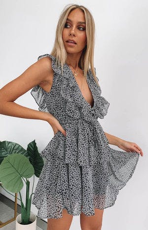 https://files.beginningboutique.com.au/Aubri+Dress+Black+Floral+.mp4