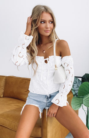https://files.beginningboutique.com.au/20191218+-+SNDYS+HOLLY+LACE+TOP+WHITE-85.mp4