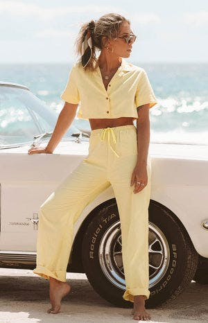 https://files.beginningboutique.com.au/Sage+Cropped+Linen+Shirt+Yellow.mp4